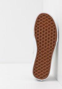 Vans - AUTHENTIC ELASTIC LACE UNISEX - Trainers - brown/true white - 5