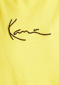 Karl Kani - SMALL SIGNATURE WASHED TEE UNISEX - T-shirt imprimé - light yellow - 6