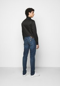 Emporio Armani - POCKETS PANT - Jeans Tapered Fit - blue denim - 2