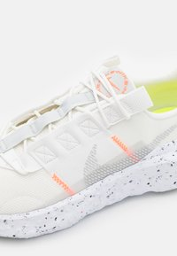 Nike Sportswear - NIKE CRATER IMPACT - Sneakers basse - summit white/grey fog/platinum tint/photon dust/white/hyper crimson - 7