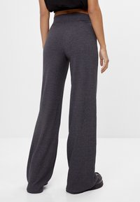 Bershka - MIT WEITEM BEIN  - Trousers - dark grey - 2