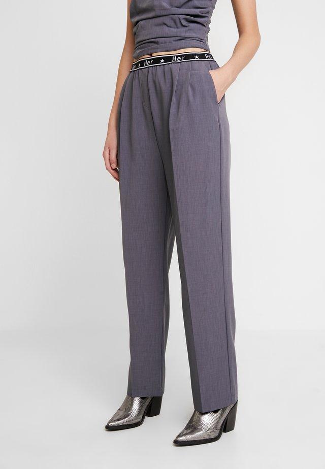 PENNY PANTS - Spodnie materiałowe - grey