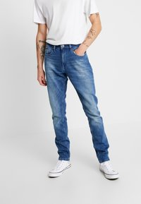 Tommy Jeans - SLIM TAPERED STEVE BEMB - Jeansy Slim Fit - berry mid blue - 0