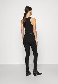 Vero Moda - VMSOPHIA SKINNY DESTROY JEANS  - Jeans Skinny Fit - black denim - 2