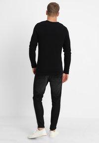 Selected Homme - SLHVICTOR CREW NECK - Stickad tröja - black - 2