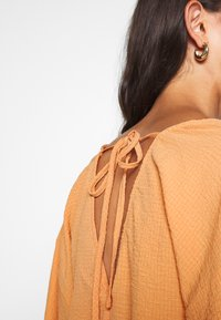 Missguided - TEXTURED PLUNGE FLARE SLEEVE DRESS - Kjole - orange - 4