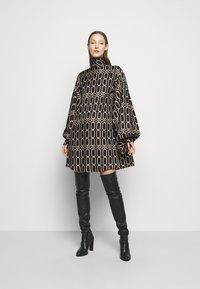 Victoria Beckham - BISHOP SLEEVE DETAIL MINI - Koktejlové šaty/ šaty na párty - dark navy/gold - 0