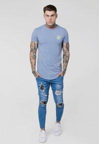 SIKSILK - GYM TEE - T-shirts - blue denim - 0