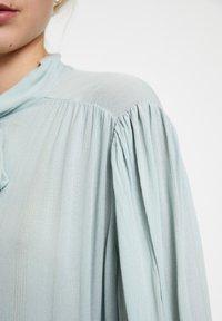 PULL&BEAR - MIT 3/4-ÄRMELN UND SCHLEIFE 05474380 - Button-down blouse - blue - 5