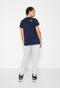 The North Face - W TISSAACK TEE  - T-shirt imprimé - aviator navy