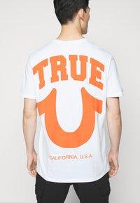 True Religion - CREW ALLOVER LOGO  - Camiseta estampada - white - 4