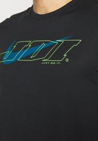 Nike Performance - T-shirt print - black/green abyss - 3
