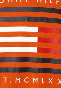 Tommy Hilfiger - T-shirt med print - orange - 2
