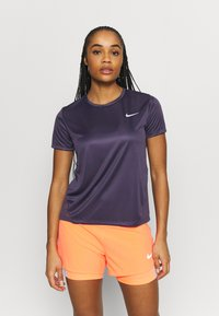 Nike Performance - MILER - T-shirts med print - dark raisin - 0