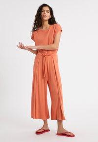 ARMEDANGELS - KAROLINAA - Trousers - burned mandarin - 1