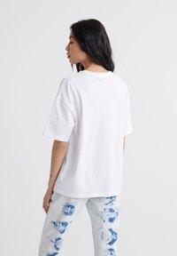 Superdry - CITY UNITY BOX FIT  - Print T-shirt - optic - 2