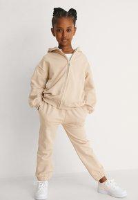 NA-KD - BASIC - Zip-up sweatshirt - dark beige - 0