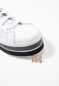Tommy Hilfiger - TH HARDWARE FLATFORM - Trainers - white - 7