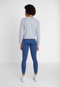New Balance - RELENTLESS RINGER LONG SLEEVE - Camiseta de deporte - athletic grey - 2
