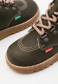 Kickers - NEWHOOKY - Šněrovací kotníkové boty - kaki/beige - 5