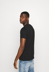 Hollister Co. - PRIDE CREW POCKET - T-shirt print - black/ombre - 2