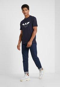Emporio Armani - T-shirt z nadrukiem - blu navy - 1