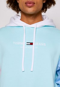 Tommy Jeans - COLOR BLOCK HOODIE - Sweatshirt - light powdery blue - 6