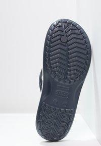 Crocs - CROCBAND FLIP UNISEX - Chanclas de dedo - navy - 4