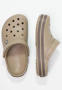 Crocs - CROCBAND UNISEX - Drewniaki i Chodaki - khaki - 1