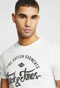 Jack & Jones - JJERAFA - T-Shirt print - cloud dancer - 5