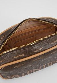 Valentino Bags - LIUTO - Rumpetaske - brown - 3