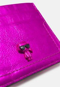 KARL LAGERFELD - IKONIK 3D PIN CARD HOLDER - Pouzdro na vizitky - pink - 4