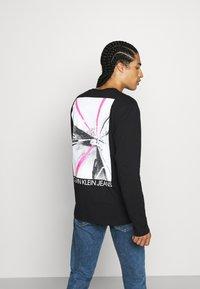 Calvin Klein Jeans - CAR PHOTOPRINT TEE - Long sleeved top - black - 0