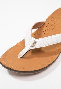 Reef - MISS J-BAY - Sandály s odděleným palcem - white/tan - 2
