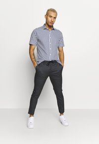 Topman - STRIPE WHYATT - Pantalon de survêtement - navy - 1