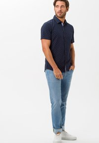 BRAX - STYLE CHUCK - Slim fit jeans - summer blue used - 1