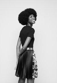 Versace Jeans Couture - LADY - Print T-shirt - black/gold - 3