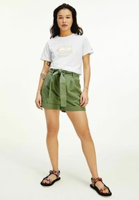 Tommy Jeans - TJW MOM BELTED  - Shorts - olive - 1