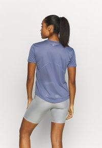 Nike Performance - MILER - T-shirt med print - world indigo/silver - 2