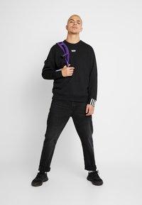 adidas Originals - R.Y.V. CREW LONG SLEEVE PULLOVER - Bluza - black - 1