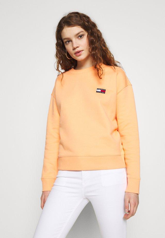 BADGE  - Sweatshirt - melon orange