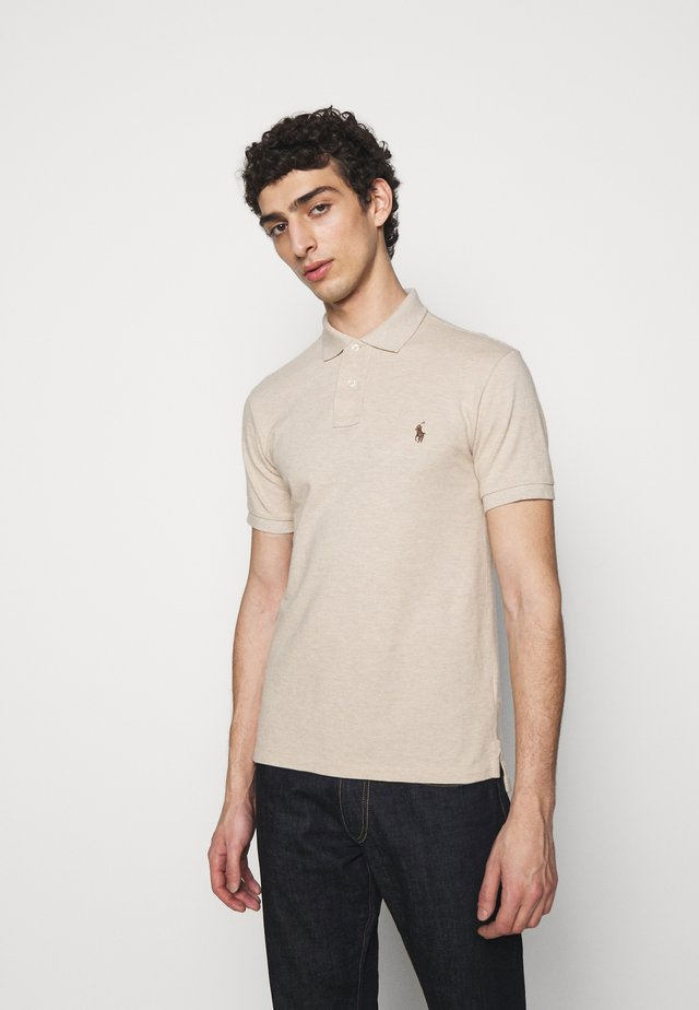 SLIM FIT MODEL - Polo - beige/sand/white