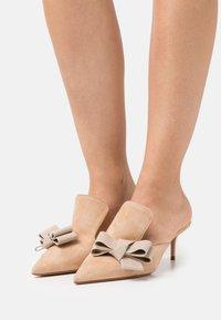 Oxitaly - ALBERTA  - Pantofle na podpatku - beige - 0