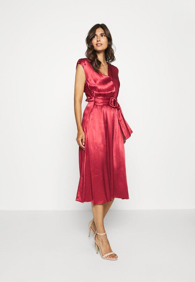 FQLIDITY - Cocktailklänning - brick red