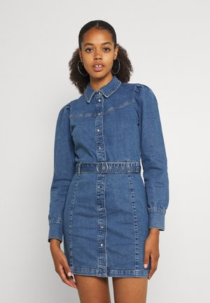 ONLMARIAH PUFF SLEEVE BELT - Denimové šaty - medium blue denim