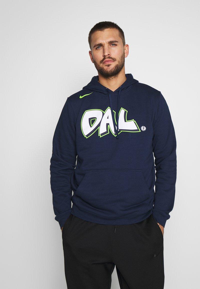 Nike Performance - NBA DALLAS MAVERICKS CITY EDITION LOGO HOODIE - Club wear - college navy