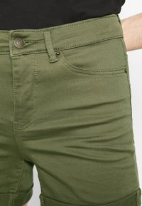 Vero Moda - VMHOT SEVEN MR FOLD SHORTS COLOR - Denim shorts - ivy green - 5