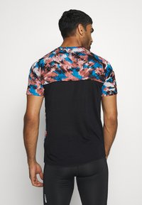 Under Armour - STREAKER INVERSE - Camiseta de deporte - cinna red - 2