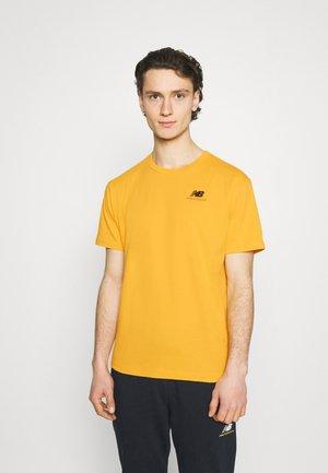 ESSENTIALS EMBROIDERED TEE - T-shirt - bas - aspen