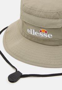 Ellesse - SOLLI BUCKET HAT UNISEX - Hat - khaki - 2